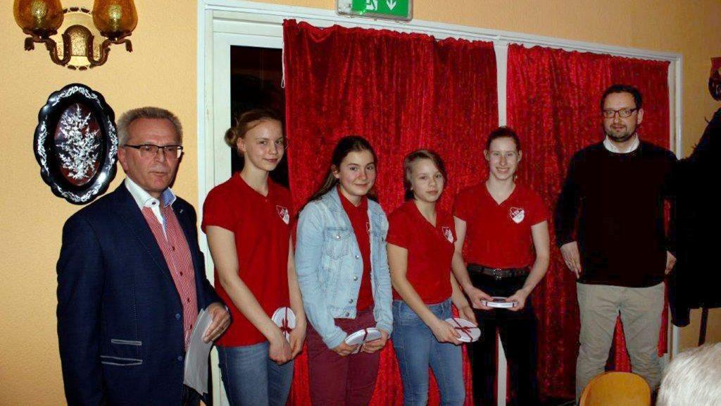 Der Vorstand ehrte Josefine Schäkel (v.li.), Mathilda Färber, Lotte Heinz und Svea Fischer, die beim Mannschaftscup 2018 U14-Landesmeisterinnen wurden.