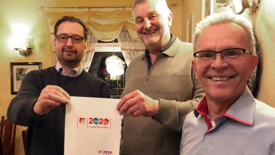 Jürgen Lüneberg, TSV-Vorsitzender (re.), und Ulrich Finkeißen, TSV-Vorstand, freuen sich über das Gewinnermotiv von Ulrich Bauer.