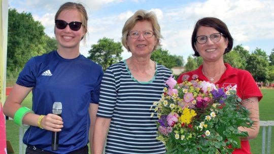 Der KreisleichtathletikverbaRendsburg-Eckernförde ehrt Sabine Behr vom TSV Flintbek