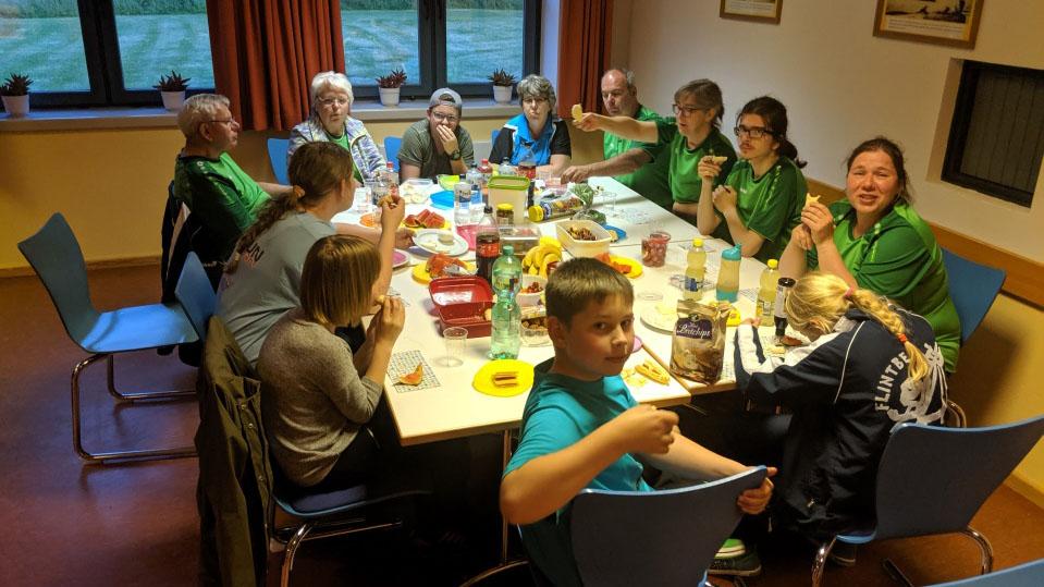 Gemeinsames Abendbrot in der Jugendherberge