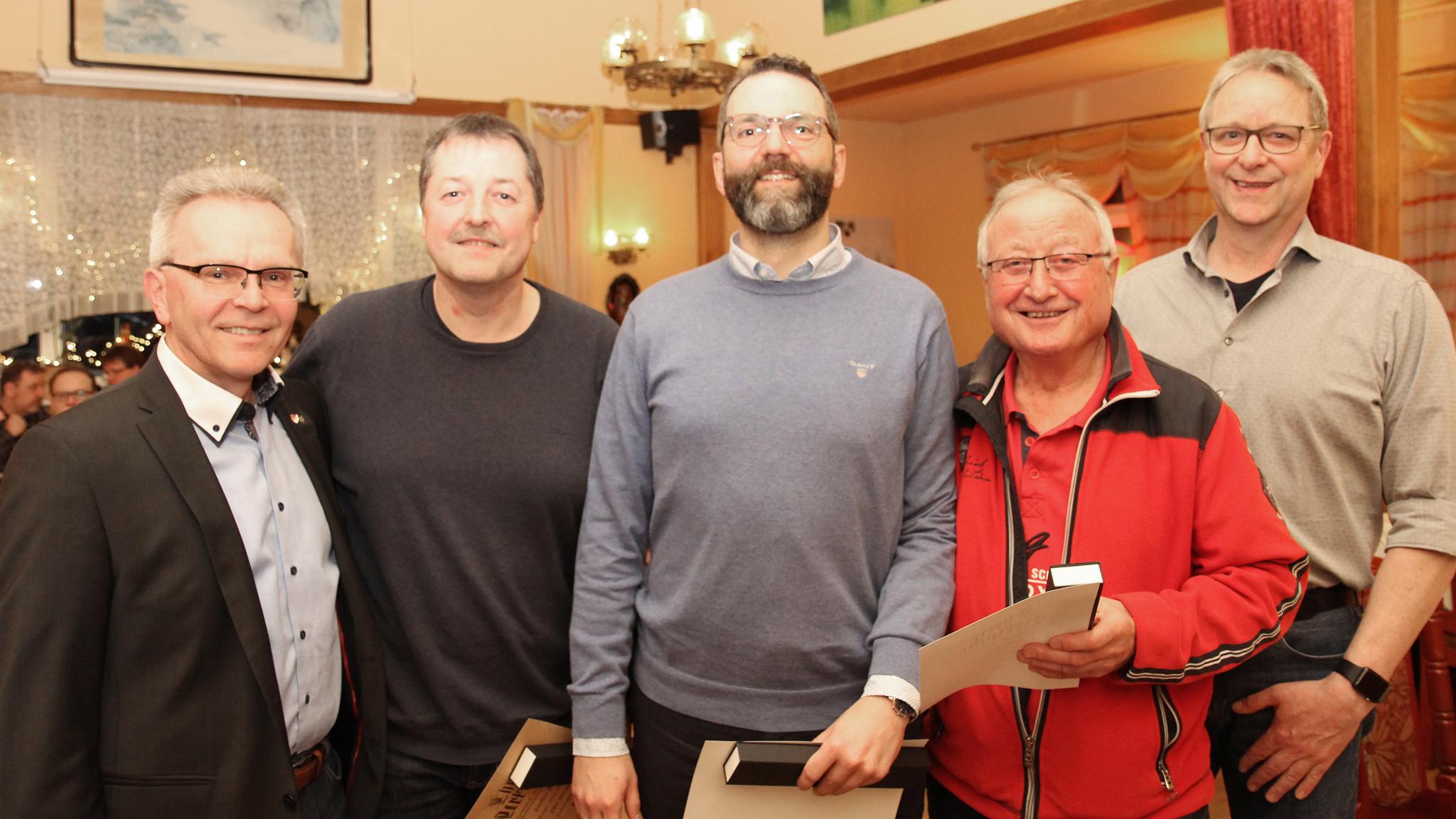 Für 40 Jahre Vereinstreue zeichneten Jürgen Lüneberg (li.) und Meinhard Andresen (re.), Stefan Bettin (2.v.li.), Henning Jansen (3.v.li.) sowie Wolfgang Schuster (4.v.li.) aus.